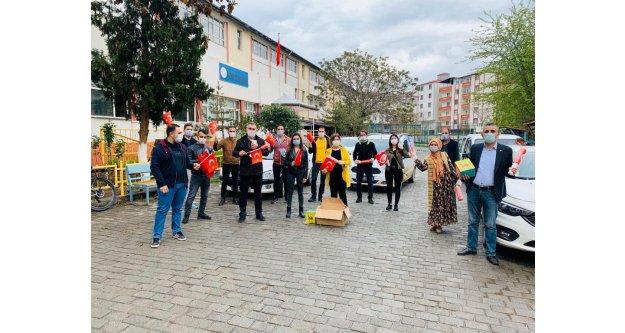 Çocuklara Türk Bayrağı ve Kitap Dağıtılıyor