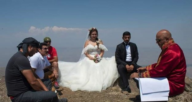 Dağcı çift, Tekelti Dağı'nın zirvesinde evlendi
