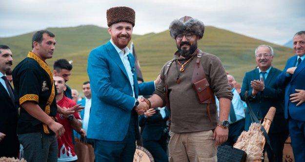 """ERDOĞAN AZERBAYCANIN MEŞHUR 'ÇÖLDE YAŞAM ÖĞÜTLERİ""""  TV PROGRAMINA KATILDI"""