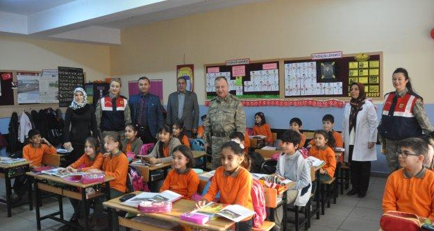 İl Jandarma Komutanı Başakçı'dan Öğrencilere Ziyaret
