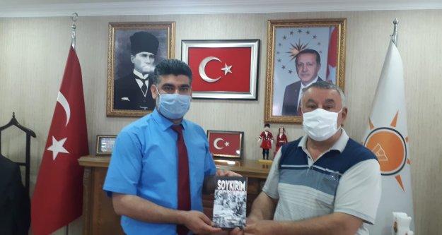 "ÜNSAL ""SOYKIRIM 'KİTABINI  AK PARTİ İL  BAŞKANI ALİ  KEMAL AYAZ 'A  HEDİYE ETTİ"
