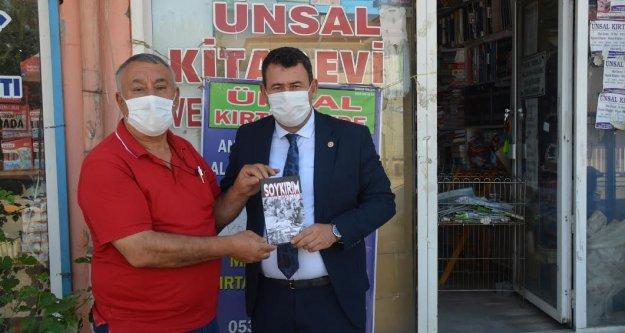 """ÜNSAL """"SOYKIRIM 'KİTABINI KARADAĞ'A HEDİYE ETTİ"""