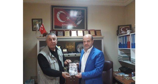 """SERDAR ÜNSAL """"SOYKIRIM 'KİTABINI CABBAR ŞIKTAŞ'A HEDİYE ETTİ"""